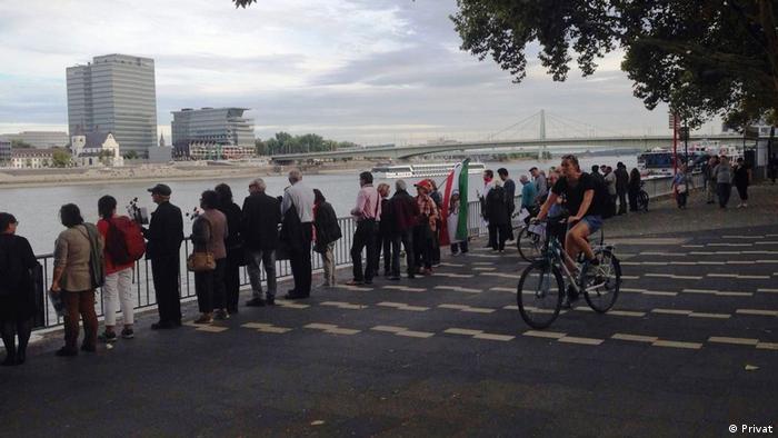 حاضران مسافت بین کلیسای دم تا حاشیه رود راین را در صفوف دو نفری طی کردند. خاک خاوران در دست چند نفر از زنان بود و هر یک به روال مرسوم شاخه گلی در دست داشت.