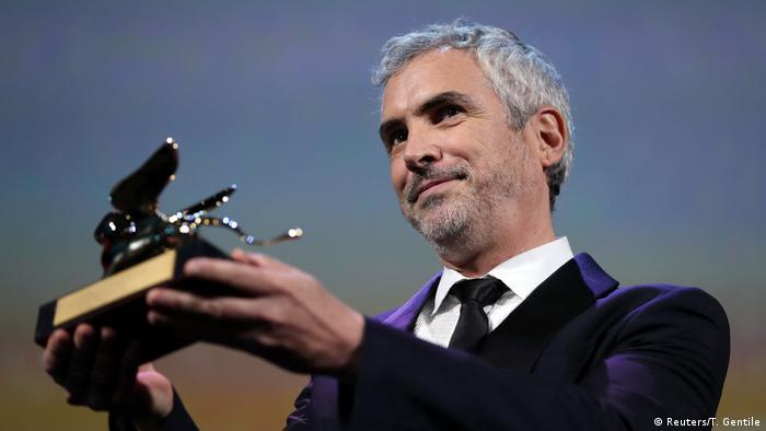 Alfonso Cuaron holding Golden Lion (Reuters/T. Gentile)