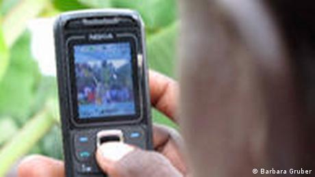 Handy groß Bildrechte: Die Deutsche Welle hat von Barbara Gruber die uneingeschränkten Nutzungsrechte für die Bilder zum Thema Per SMS zum Erntehelfer erhalten. Autorin: Barbara Gruber Eingestellt August 2009