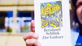 Eien Frau hält das Buch Der Vorleser von Bernhard Schlink hoch (DW)