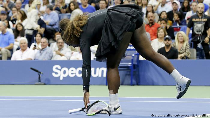 US Open Finale Serena Williams Schläger (picture-alliance/newscom/J. Angelillo)
