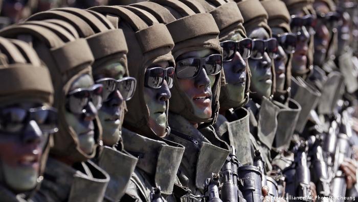 Nordkorea Militärparade zum 70. Jahrestag der Staatsgründung (picture-alliance/AP Photo/K. Cheung)