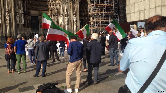 بسیاری از شرکت کنندگان این مراسم سالانه، ایرانیانی هستند که بنا به سابقه سیاسی، عضو خانواده یا دوستی را در زندانهای جمهوری اسلامی به ویژه در دهه شصت از دست دادهاند.