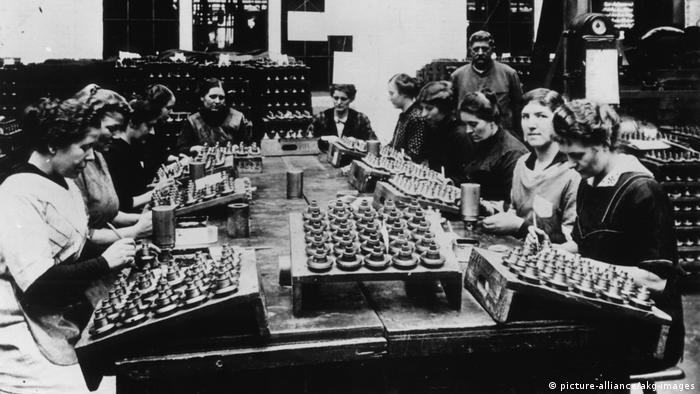 Foto antiga mostra mulheres no trabalho