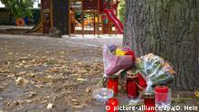 09.09.2018, Sachsen-Anhalt, Köthen: Blumen stehen an einem Baum auf einem Spielplatz. Bei einem Streit zwischen zwei Männergruppen in Köthen ist ein 22-Jähriger ums Leben gekommen. Zwei afghanische Staatsbürger wurden in der Nacht zum Sonntag wegen des Anfangsverdachts eines Tötungsdelikts festgenommen, wie Polizei und Staatsanwaltschaft in Sachsen-Anhalt gemeinsam mitteilten. Nach Informationen der Deutschen Presse-Agentur war es zuvor an einem Spielplatz zu einem Streit zwischen mehreren Männern gekommen. Kurz darauf kamen der 22-Jährige und ein Begleiter dazu. Der Tote war den Informationen zufolge deutscher Staatsbürger. - Bestmögliche Qualität - Foto: Dörthe Hein/dpa-Zentralbild/dpa +++ dpa-Bildfunk +++   Verwendung weltweit