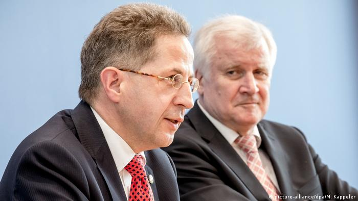 Horst Seehofer sitting behind Hans-Georg Maassen (picture-alliance/dpa/M. Kappeler)