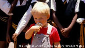 Schwarze und weiße Schulkinder in Johannesburg (Foto: dpa)