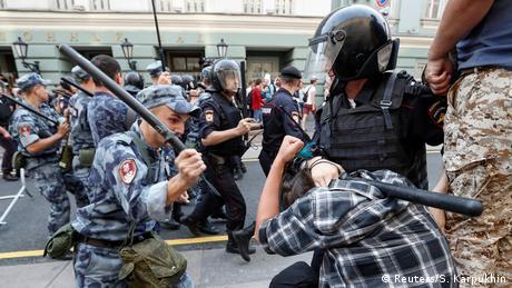 У РФ на акціях проти пенсійної реформи затримали більше тисячі людей