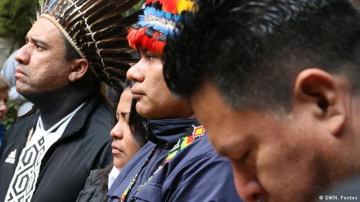 O líder indígena brasileiro Dinamam Tuxá (à esquerda) e outros visitantes latinos em encontro dos yuroks na Califórnia (DW/N. Pontes)