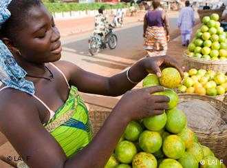 A woman selling fruits on the market. Foto by Paul Hahn (LAIF).