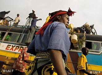 Bara la Afrika limo mbioni. Lakini safari inaweza kuwa hatari