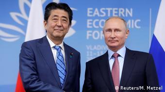 Russland, Vladivostok: Präsident Putin und der Japanische Premierminister Shinzo Abe (Reuters/M. Metzel)