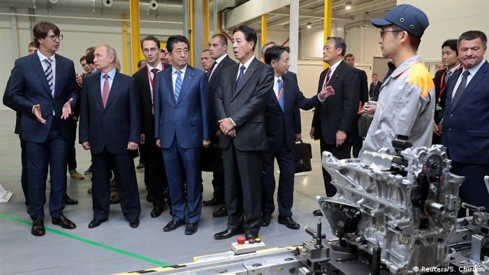 Der russische Präsident Putin und der japanische Premierminister Abe bei einem Besuch des Mazda Joint-Venture-Werks