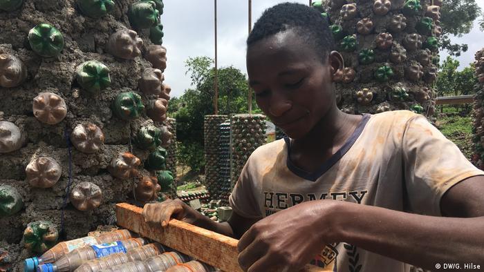 Nigeria Afrikas größtes Flaschenhaus in Abuja (DW/G. Hilse)