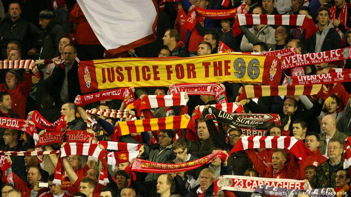 UEFA Europa League: Liverpool fans mit einem Justice for the 96 Banner