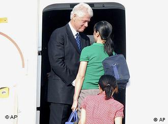 Bill Clinton ist mit den befreiten US-Journalistinnen am Mittwoch in die USA zurückgeflogen