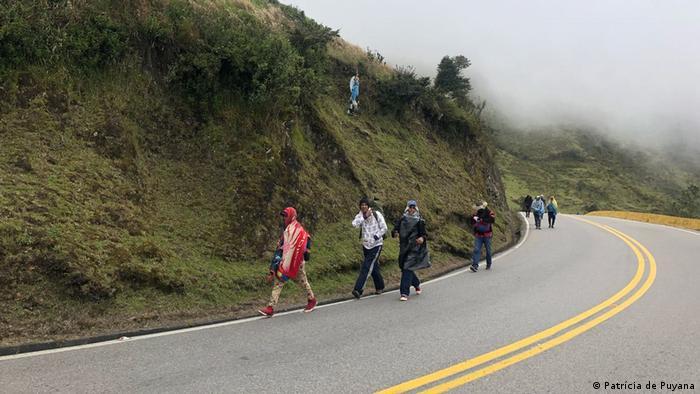 Migrantes venezolanos cruzan el Páramo de Berlín que durante buena parte del día permanece tras la niebla.
