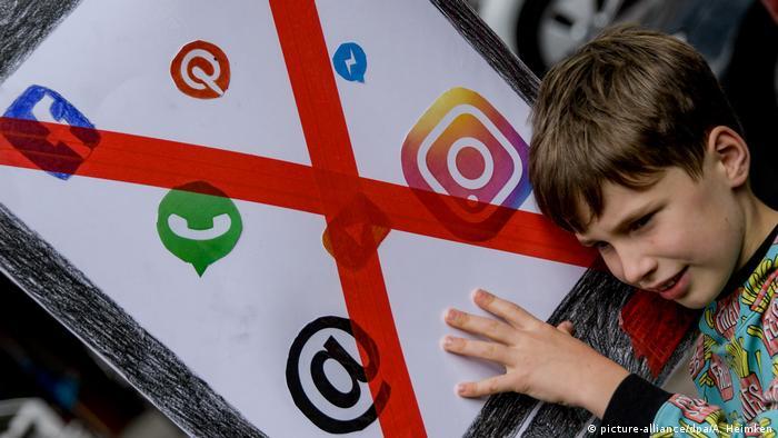 Bildergalerie: Deutschland, Hamburg Kinderdemo Spielt mit mir! Nicht mit euren Handys (picture-alliance/dpa/A. Heimken)