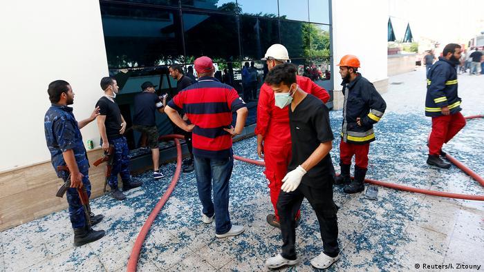 Біля офісу Національної нафтової корпорації Лівії після нападу