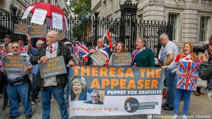 UK Pro-Brexit Unterstützer vor der Downing Street in London