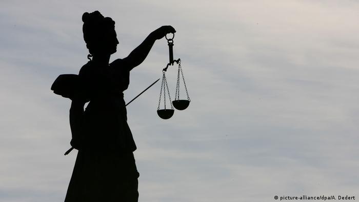 Deutschland Justitia auf dem Gerechtigkeitsbrunnen in Frankfurt (picture-alliance/dpa/A. Dedert )