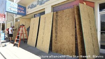 Lojas na Carolina do Norte protegeram as janelas com tábuas de madeira para tentar evitar danos diante da chegada do furacão Florence