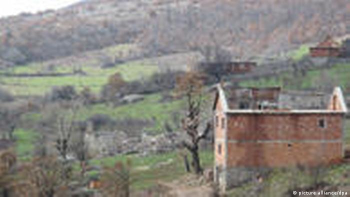 Zerstörte Häuser an der Grenze zwischen Kosovo und Albanien