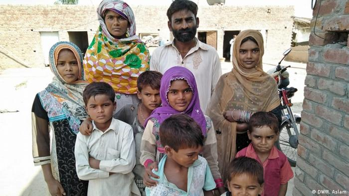 Muhammad Iqbal with his family (DW/R. Aslam)