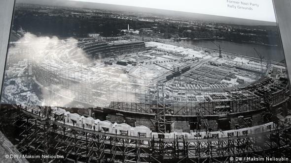 Историческая фотография на информационном стенде: строительство ''Зала собраний''