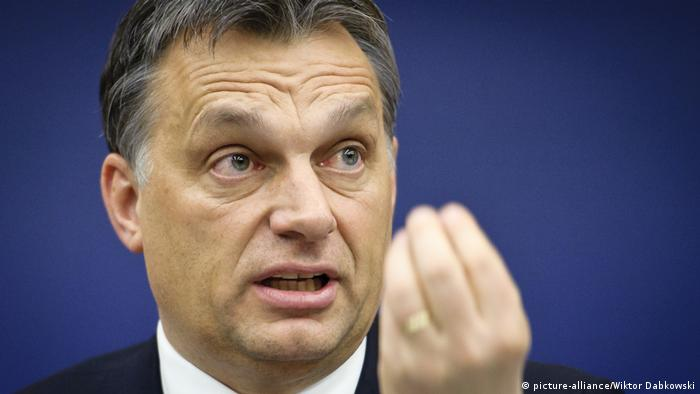 Viktor Orban makes a gesture in front of his face (picture-alliance/Wiktor Dabkowski)