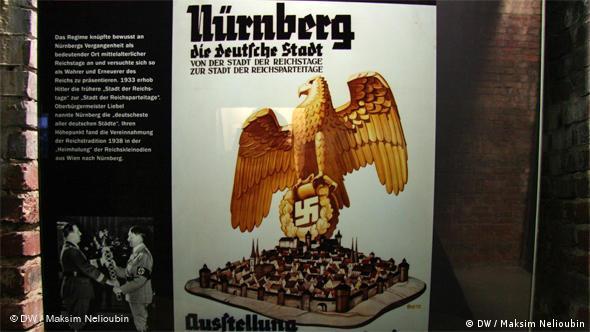 ''Нюрнберг - немецкий город: от города рейхстагов – до города партийных рейхстагов''. Плакат в одном из залов Документационного центра