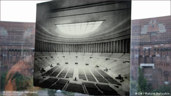 ''Зал собраний'': фотография макета и вид на ''внутренний двор''