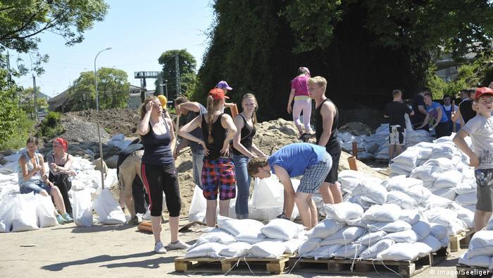 Sachsen-Anhalt - Freiwillige Helfer füllen unablässlig Sandsäcke auf
