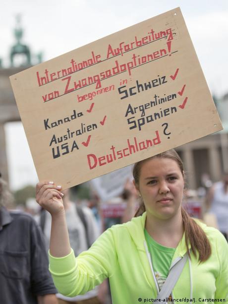 Esta manifestante reclama a Alemania iniciar el esclarecimiento de adopciones forzadas como han hecho otros países del mundo afectados por tragedias similares.