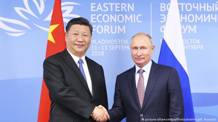 Russland | Vladimir Putin und Xi Jinping auf dem Eastern Economic Forum in Vladivostok (picture-alliance/dpa/Photoshot/mcg/X. Huanchi)