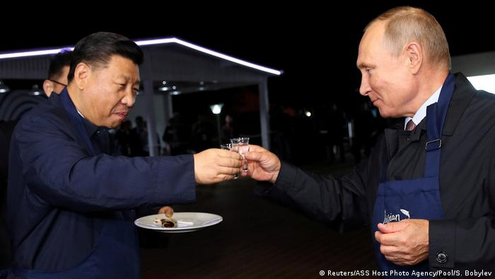 Russland | Vladimir Putin und Xi Jinping auf dem Eastern Economic Forum in Vladivostok (Reuters/ASS Host Photo Agency/Pool/S. Bobylev)