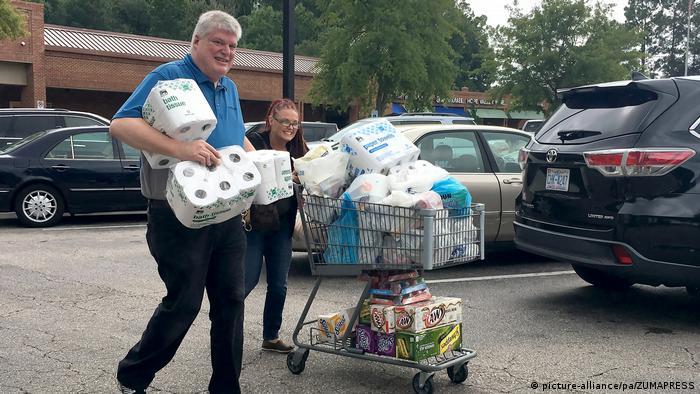 Residentes de Carolina del Norte se avituallan ante la inminente llegada del Florence.