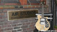 Nov 22, 2006; London, England, UK; A Maton MS-500 Mastersound guitar played by George Harrison in the summer of 1963 is the star auction item at Cooper Owen s forthcoming Music Legends auction, Air Studios. Mandatory PUBLICATIONxINxGERxSUIxAUTxONLY - ZUMAd42_ 20061122_cob_d42_907 Copyright: xDigitalprofilex