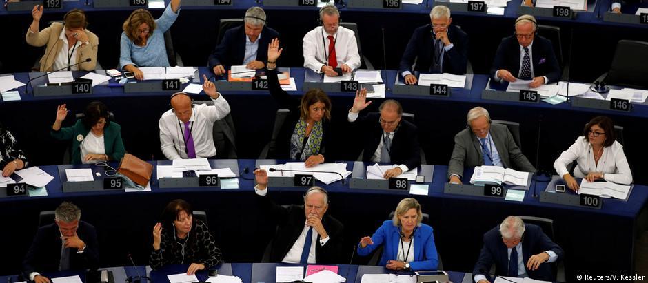Relatório sobre violações cometidas pela Hungria obteve 448 votos favoráveis e 197 contrários.