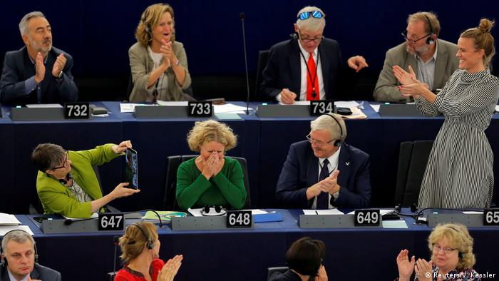 Autorka raportu ws. Węgier Judith Sargentini (w środku) chwilę po ogłoszeniu wyników głosowania
