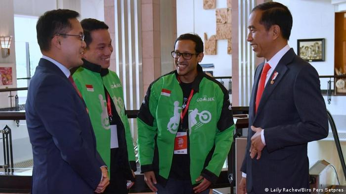 Presiden Joko Widodo (ka.) bersama CEO Go-Jek, Nadiem Makarim (tengah) dan mitra bisnis dari Vietnam.