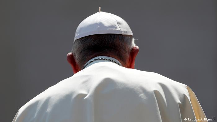 Italien, Rom - Vatikan: Papst Franziskus verlässt den Petersplatz (Reuters/A. Bianchi)
