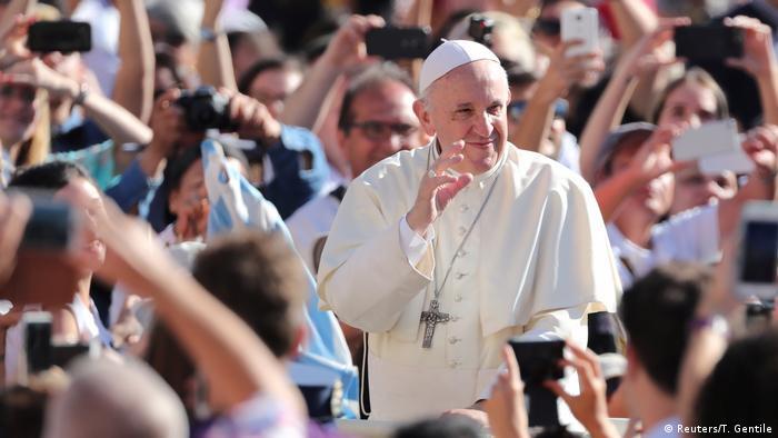 Italien, Rom - Vatikan: Papst Franziskus auf dem Petersplatz (Reuters/T. Gentile)