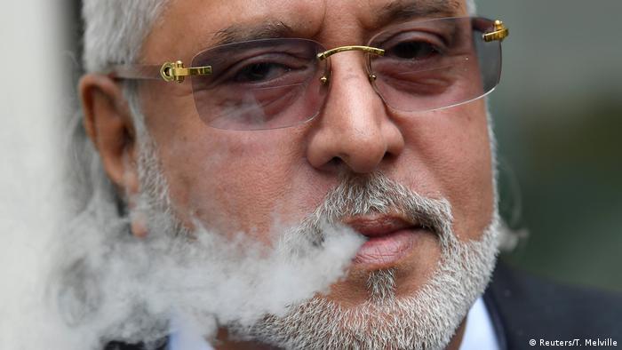 England, London: Vijay Mallya raucht vor dem Westminster Magistrates Court