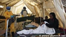 (180911) -- HARARE, Sept. 11, 2018 (Xinhua) -- Suspected cholera patients receive treatment at a local hospital in Harare, Zimbabwe, Sept. 11, 2018. Zimbabwe on Tuesday declared the raging cholera outbreak in the capital Harare a state of emergency. The outbreak in the city's high density suburbs of Glen View and Budiriro which began last week has so far killed 20 people and infected more than 2,000 people. (Xinhua/Shaun Jusa) | Keine Weitergabe an Wiederverkäufer.