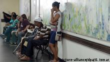 Patienten warten am 27.06.2016 in dem von einem Streik betroffenen Krankenhaus Universitario Pedro Ernesto in Rio de Janeiro, Brasilien, auf ihre Behandlung. Foto: Georg Ismar/dpa (Zu dpaDie Olympia-Wut in Rio wächst - Stadt droht der Kollaps) +++(c) dpa - Bildfunk+++ | Verwendung weltweit
