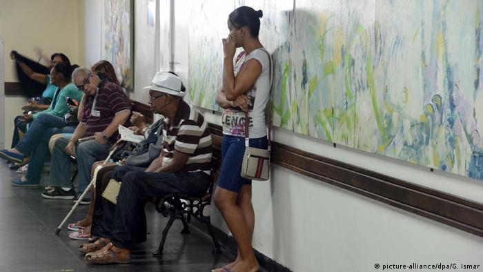 Brasilien, Rio de Janeiro: Patienten warten in einem Krankenhaus (picture-alliance/dpa/G. Ismar)
