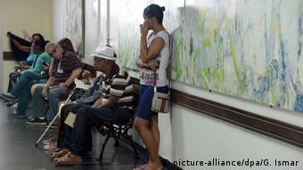 Brasilien, Rio de Janeiro: Patienten warten in einem Krankenhaus