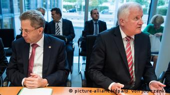 Hans-Georg Maassen and Horst Seehofer sit side-by-side (picture-alliance/dpa/B. von Jutrczenka)