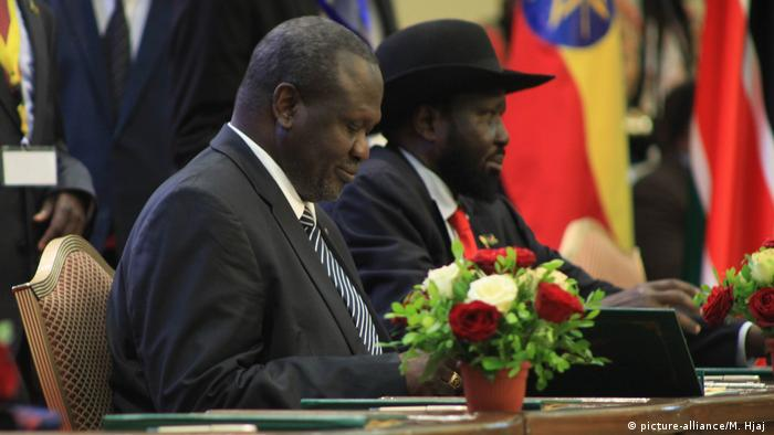 Riek Machar and Salva Kiir at the negotiating table (picture-alliance/M. Hjaj )